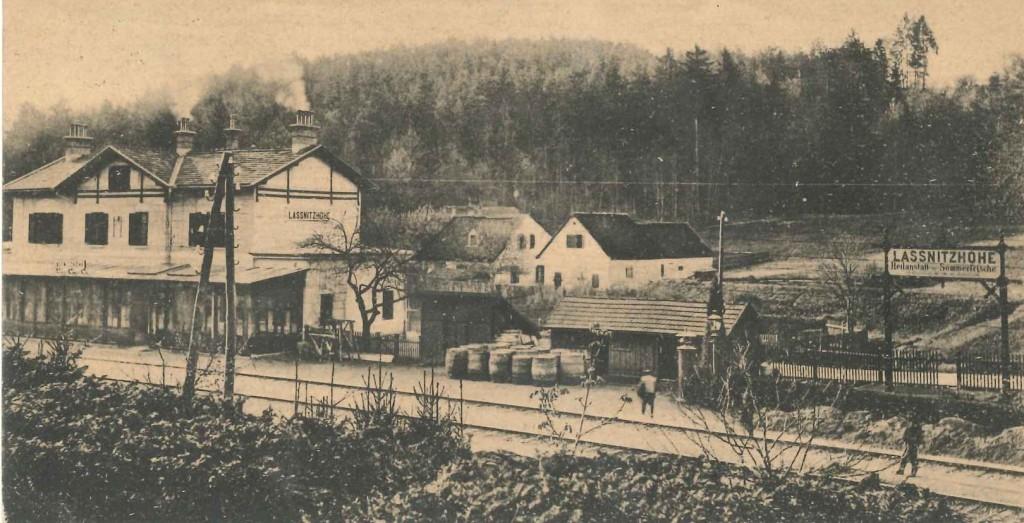Bahnstation Oberlaßnitz mit Apfelfässern und Gasthof zur Bahnhof 1914